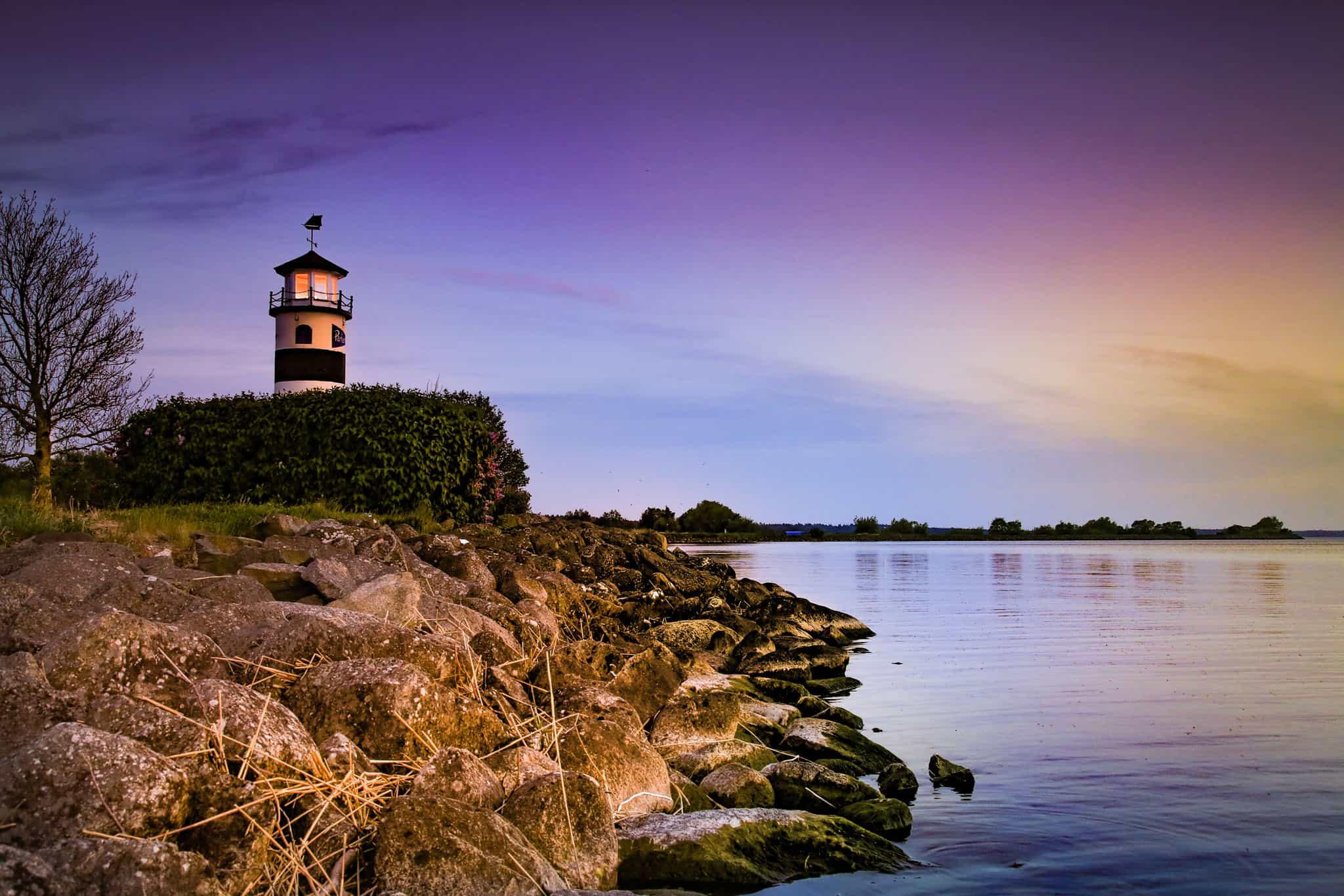 Fyren i småbåtshamen i solnedgång