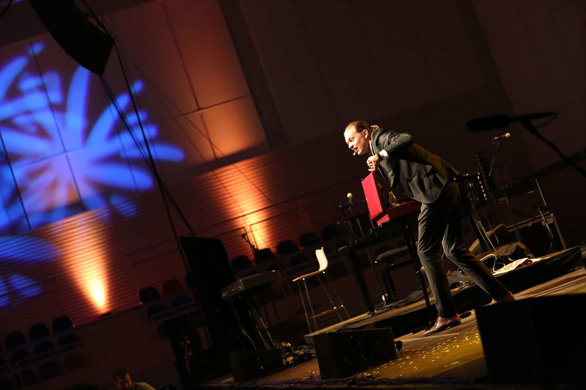 Magiker Douglas Nordenbelt trollar på invigning av Sparbankshallen i Bromölla