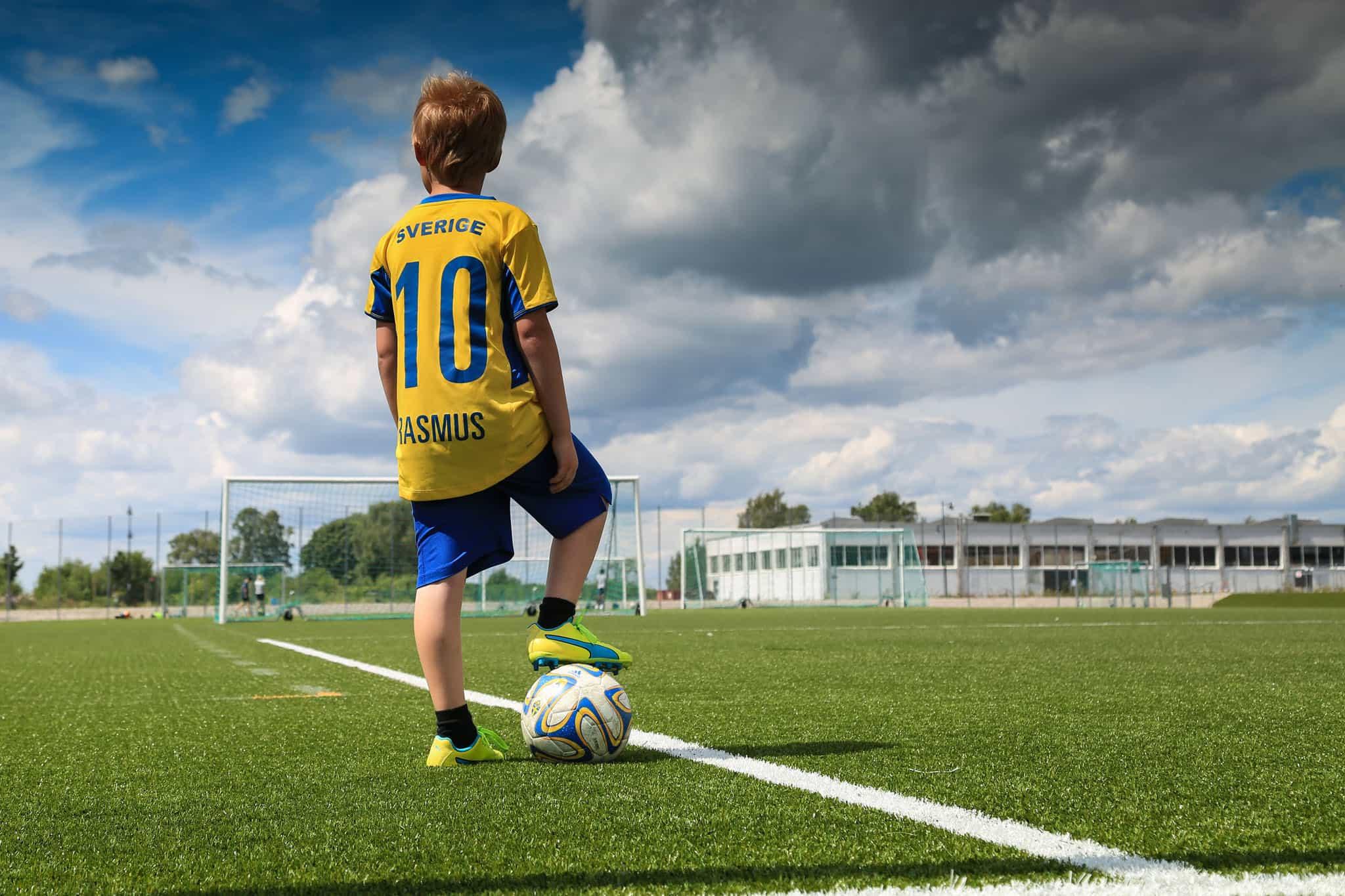 Pojke med fotboll på Multicopy arena, Ivöstrand, Bromölla