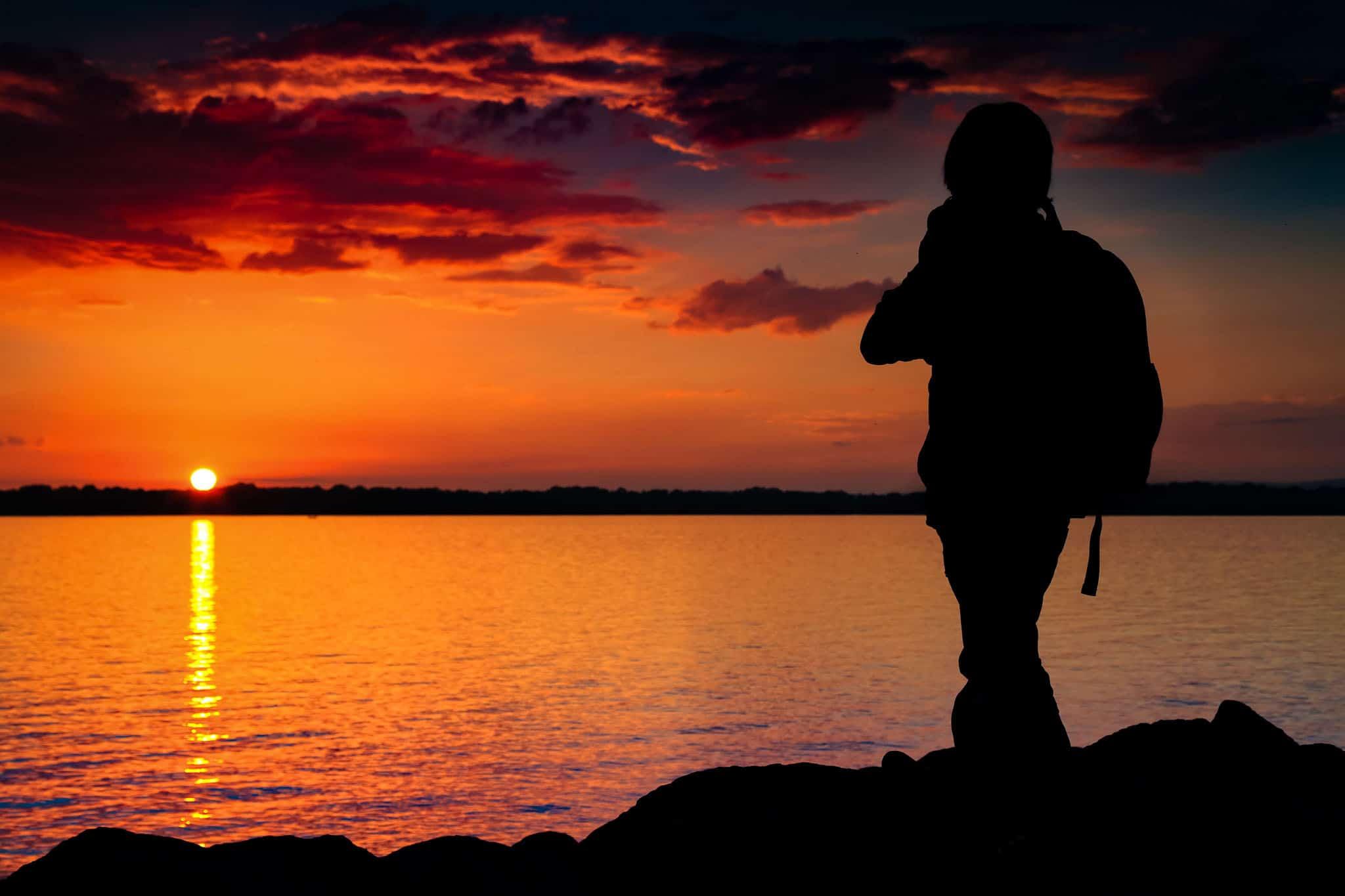Pojke med kamera i solnedgång, småbåtshamnen, Bromölla