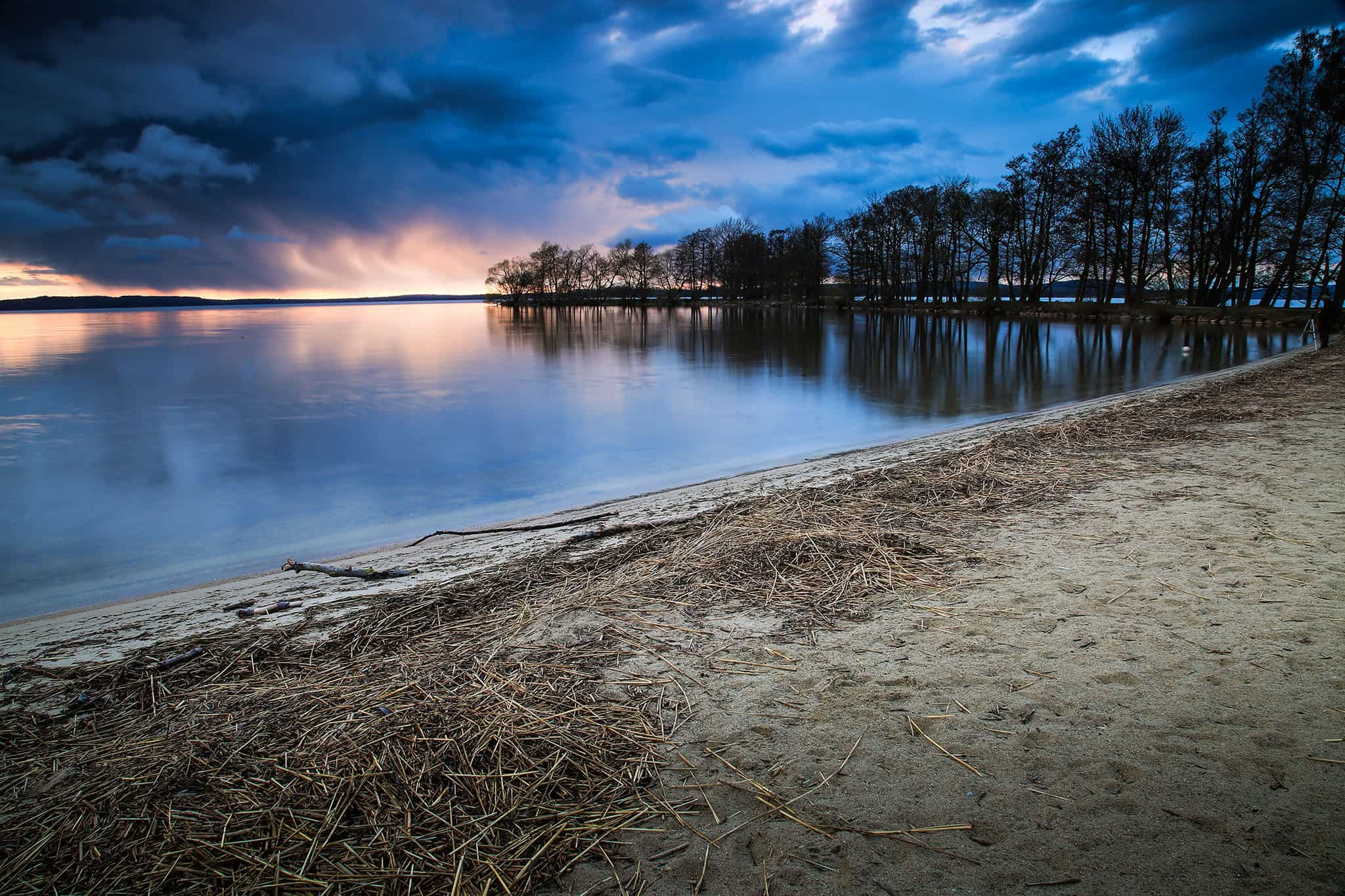 Regn vid horisonten i solnedgång på Strandängen, Bromölla
